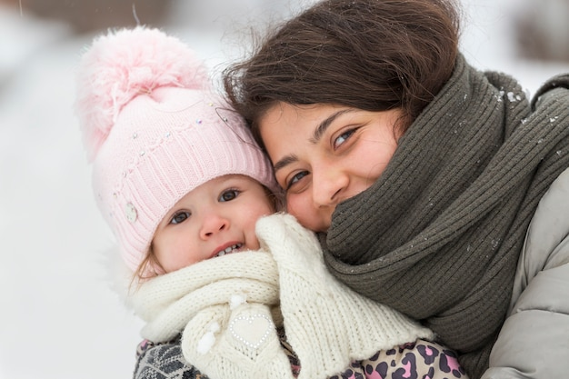 冬の笑顔の幸せな女の子と子供