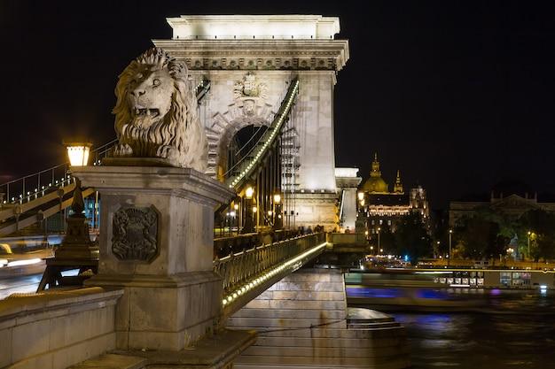 ハンガリー、ブダペスト市の夜のセーチェーニ鎖橋