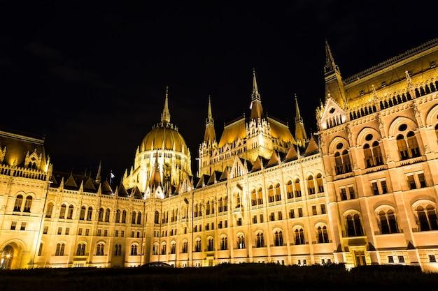 Здание парламента будапешта ночью с темным небом