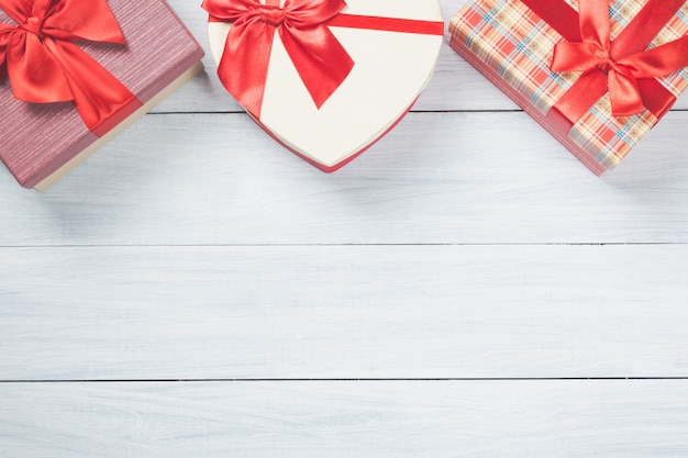 Красочные подарочные коробки на хорошем белом деревянном