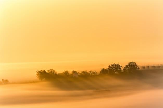 Красивая сельская местность в южной моравии во время удивительного восхода солнца с туманом
