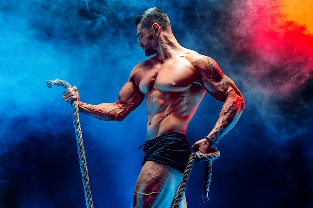 ロープでトレーニングの男