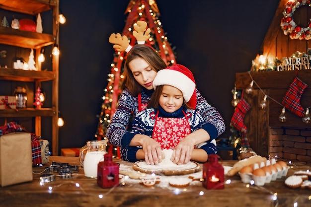 母と娘のクリスマスクッキーを調理します。