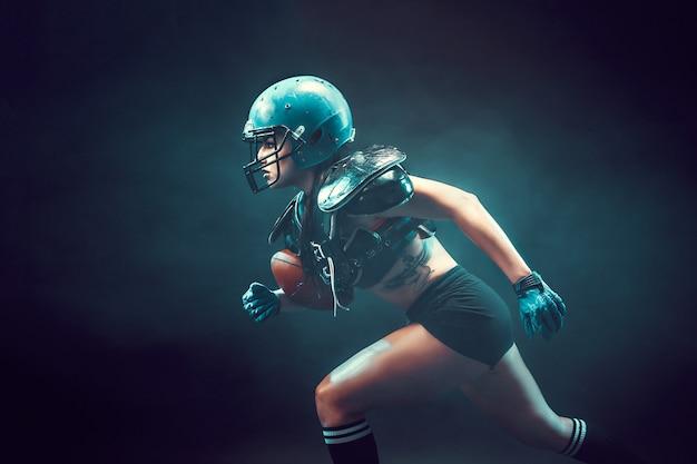 ラグビーをする積極的なスポーツウーマン