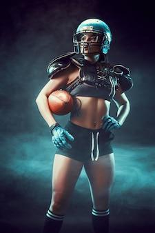 ラグビーボールを持つ競争力のある女性