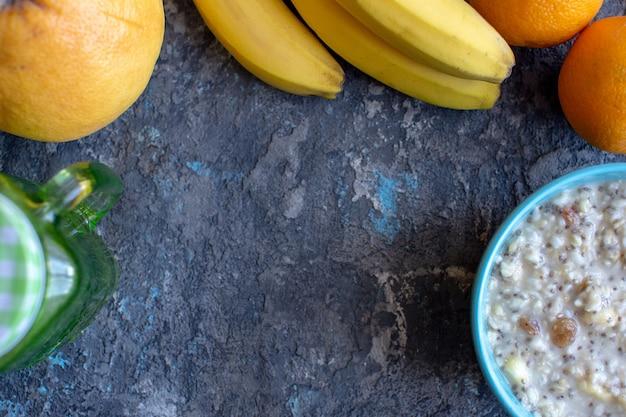 健康的な朝食ボウル。バナナ、レーズン、クルミ、チアシード入りのオートミール