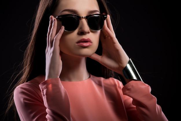 カメラ目線のサングラスで美しい若い女性