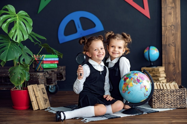 Веселые девушки на уроке географии