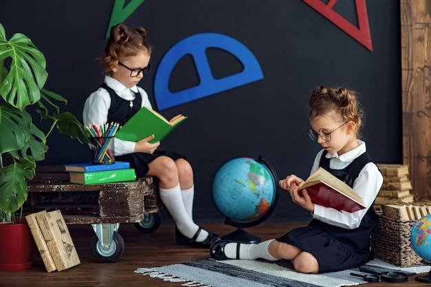 学校で本を読むスマートな女の子