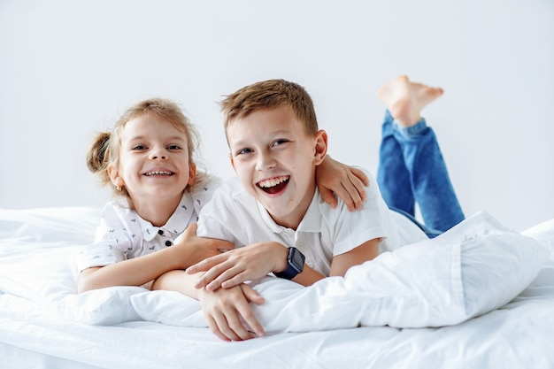 Брат и сестра вместе отдыхают в постели