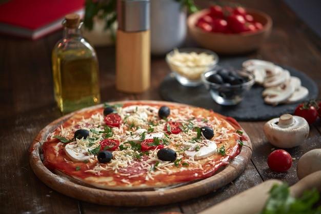 木の板に自家製ピザ