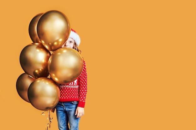 クリスマスプレゼントと風船で幸せな子供