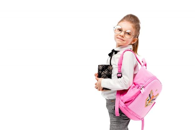 カバンを持つ子供。ピンクのスクールバッグを持つ少女