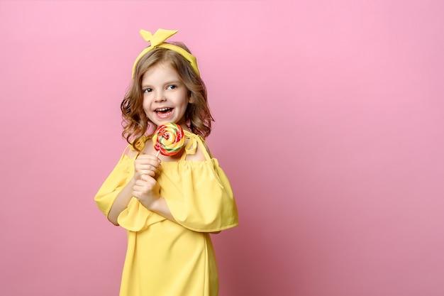 ピンクのお菓子と素敵な女の子