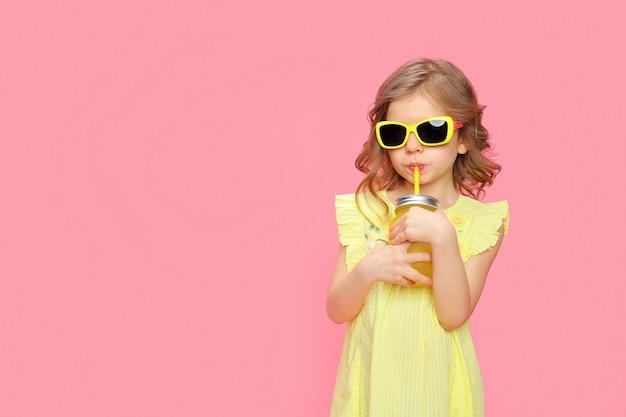 ドリンクを飲みながら夏服で素敵な女の子
