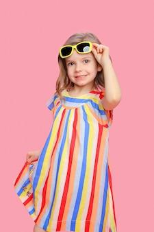 スタイリッシュなドレスで素敵なトレンディな女の子