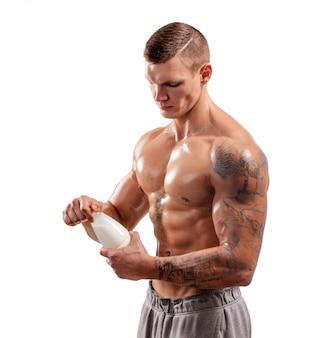 Бутылка молока в руках спортивного человека, здорового человека. тату