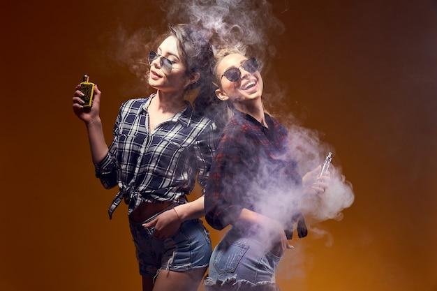 Стильная молодая женщина в очках курить