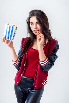 ポップコーンのパックで遊び心のある女の子