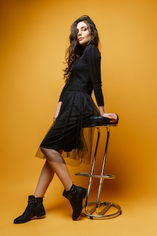Молодая стильная женщина на стуле