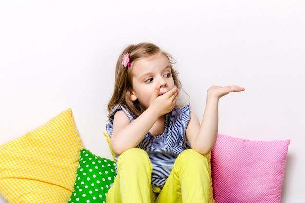 Прекрасная удивленная девушка закрывает рот рукой