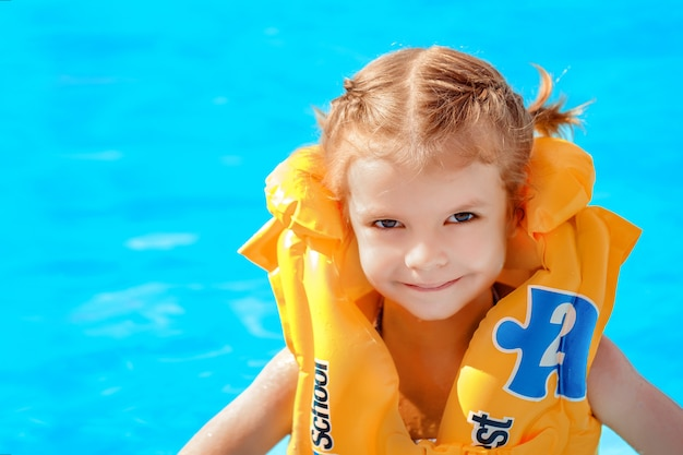 Молодая девушка с желтым спасательным жилетом