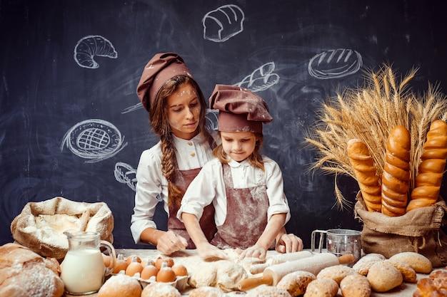 女性と少女が一緒にペストリーを作る
