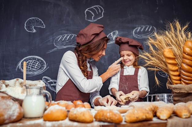 Женщина и девушка вместе делают выпечку