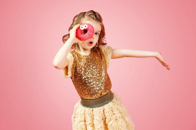 ドーナツの穴を通して見る少女