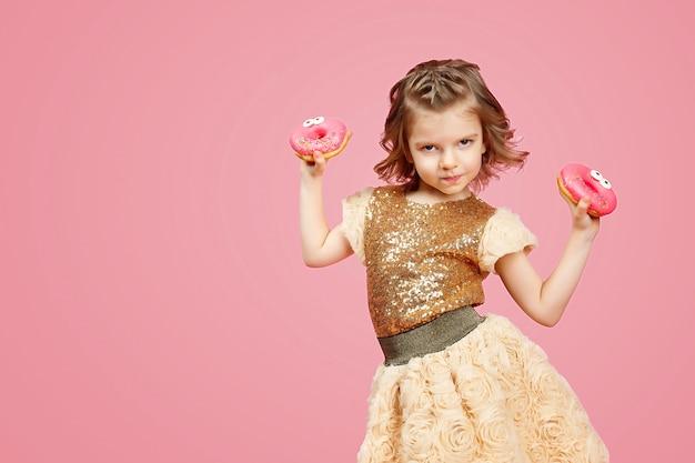 ドーナツとドレスの少女
