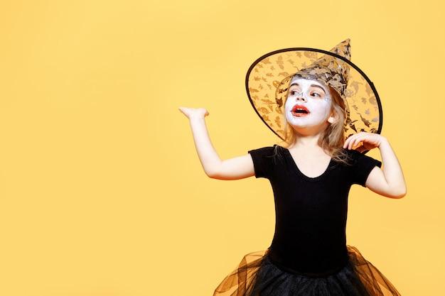Изумленный гриль в костюме ведьмы на хэллоуин