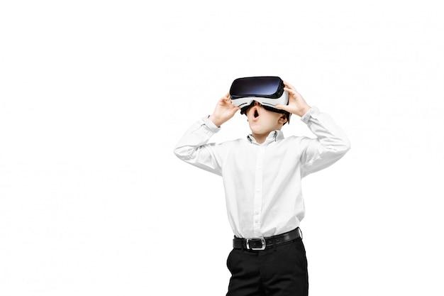Возбужденный мальчик в виртуальной реальности