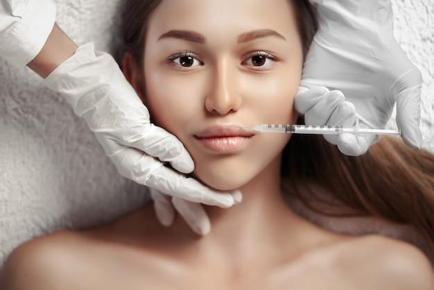化粧品の注入を得る女性の肖像
