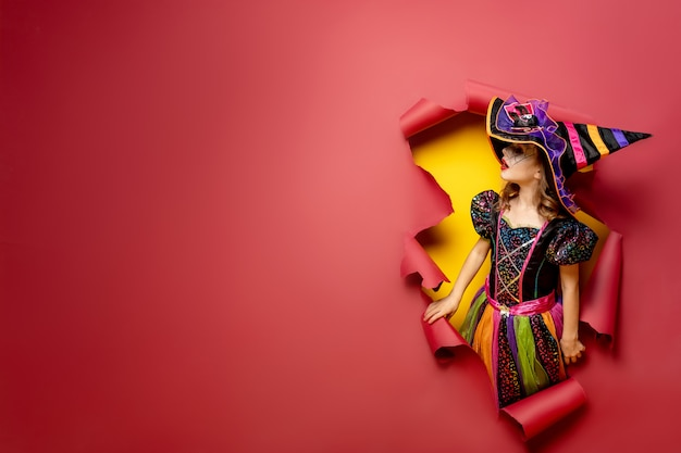 ハロウィーンの魔女の衣装で面白い子少女を笑ってください。