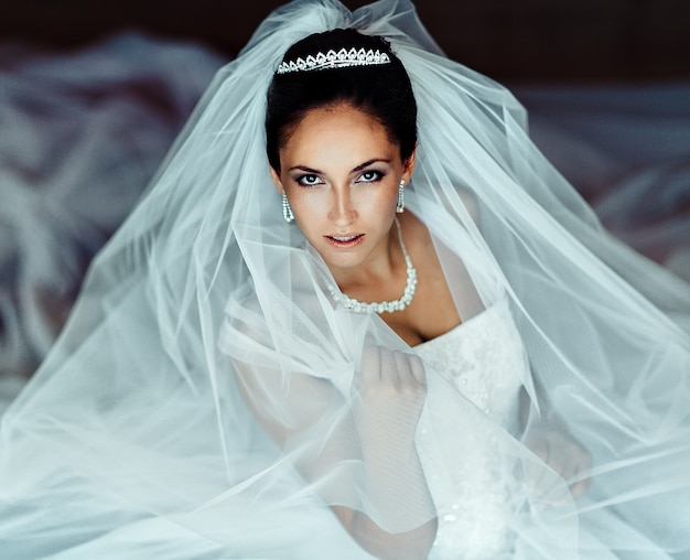 美しい花嫁。結婚式のヘアスタイルとメイクアップ。