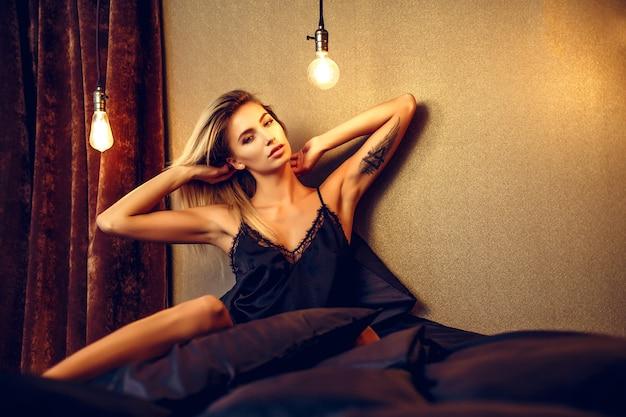 ベッド上面に横たわっている美しい女性