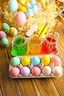 Счастливой пасхи с красочные яйца в корзину. украшение стола к празднику. вид сверху.