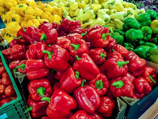 Красный сладкий перец на полке в супермаркете
