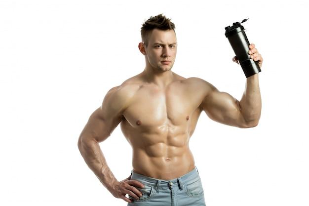 Мускулистый мужчина с протеиновым напитком в шейкере на белом фоне