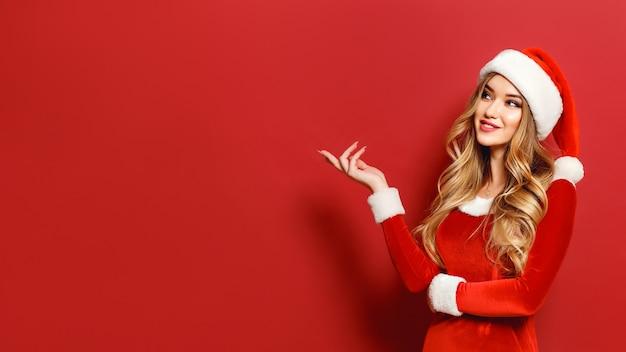 クリスマスの衣装で美しい魅力的なモデル