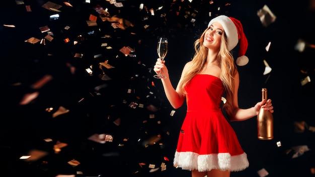 紙吹雪でシャンパンを飲む女性