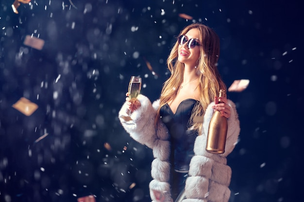 シャンパンで祝ってサングラスの女性