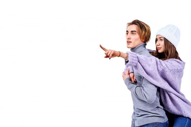 Изображение прекрасной пары, с удовольствием в то время как человек, спекуляция его подруга изолированы