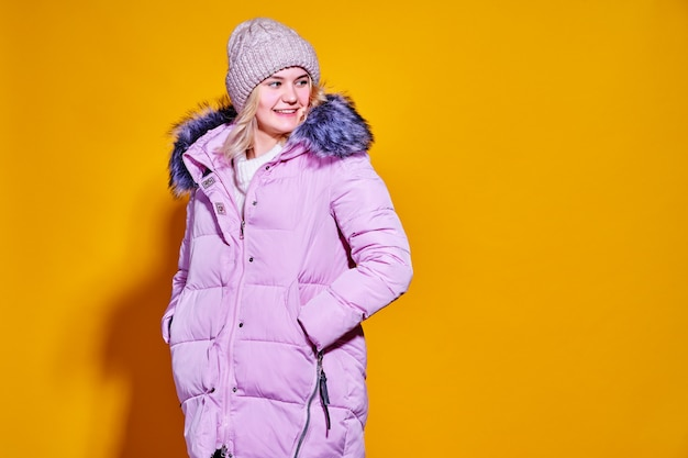 Молодой модный женщина вкратце фиолетовый пуховик.