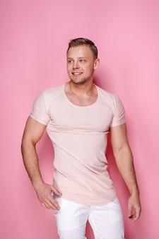 ピンクの自信を持ってスタイリッシュな男
