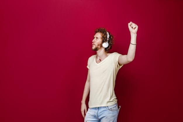 Молодой человек в наушниках наслаждается музыкой