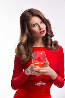 白のシャンパングラスと赤いドレスの女性