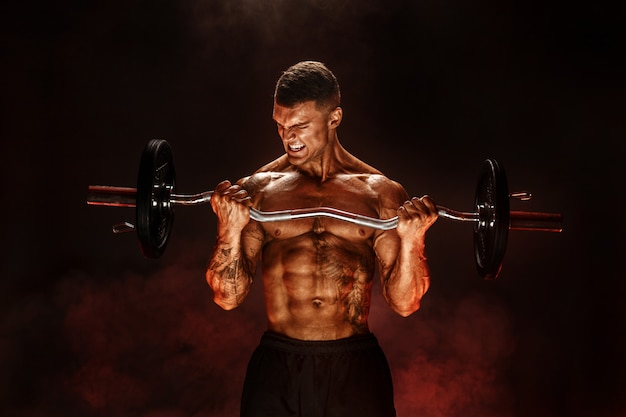 重いバーで運動をしている丈夫な男