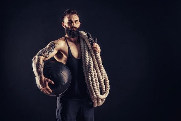 バトルロープ、機能トレーニングを保持している男性