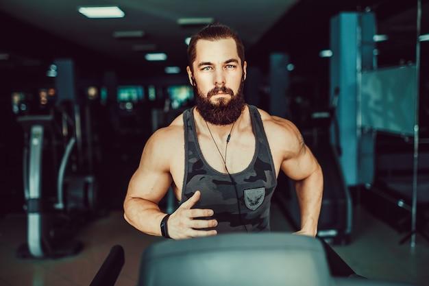 トレッドミルで実行されている筋肉マン。